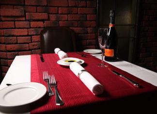 Modne Obrusy na stół czyli elegancja w salonie